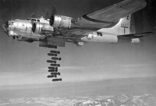 Boeing_B-17G_2_BG_dropping_bombs.jpg